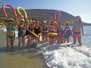 Οι κυρίες του Τμήματος Γυμναστικής Aqua Aerobics του ΚΑΠΗ Δήμου Μαρκοπούλου μαζί με τη γυμνάστρια κα Ελισάβετ Γρίσπου