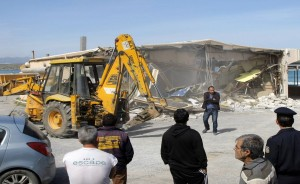 Μπουλντόζα από το υπουργείο περιβάλλοντος γκρεμίζει αυθαίρετο κτίσμα στην παραθαλάσσια περιοχή του Τομπρούκ στο Ηράκλειο, Τετάρτη 13 Μαρτίου 2013. Πρόκειται για την απόφαση της Αποκεντρωμένης Διοίκησης Κρήτης να εφαρμόσει το νόμο και να κατεδαφίσει τα αυθαίρετα που καταπατούν τον Αιγιαλό.  ΑΠΕ-ΜΠΕ / ΣΤΕΦΑΝΟΣ ΡΑΠΑΝΗΣ