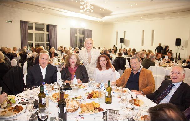 Η κα Αναστασία Τσιακάλου με προσκεκλημένους στο δείπνο αλληλεγγύης